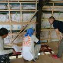 壁の工事を行う塗替え道場の職人