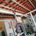 屋根工事を行う塗替え道場の職人
